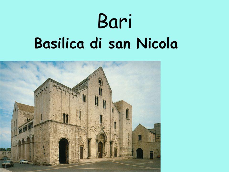 LECCE Situata nella parte più pianeggiante del Salento, Lecce sorge al centro di un area densamente popolata ed è il quinto comune della regione per popolazione.