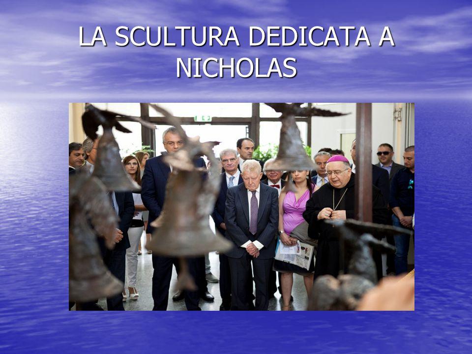 Un momento di raccoglimento davanti alla scultura dedicata a Nicholas Green realizzata con il metallo ottenuto dal sequestro delle armi della criminalità organizzata.