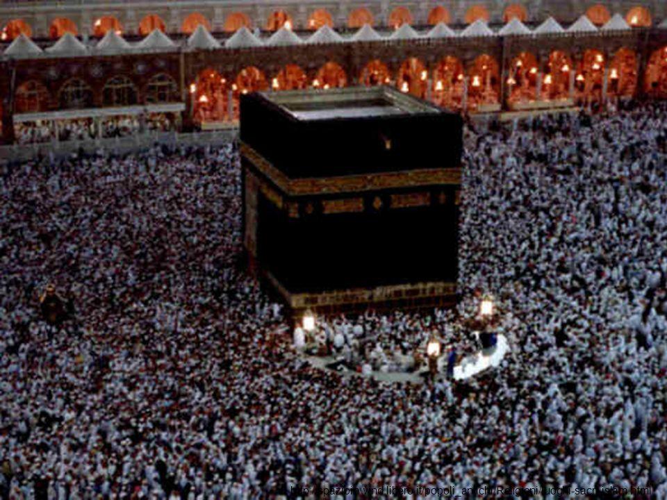 La Ka ba è un edificio a forma di cubo, nove metri per dodici, che si eleva nel cortile della Grande Moschea.