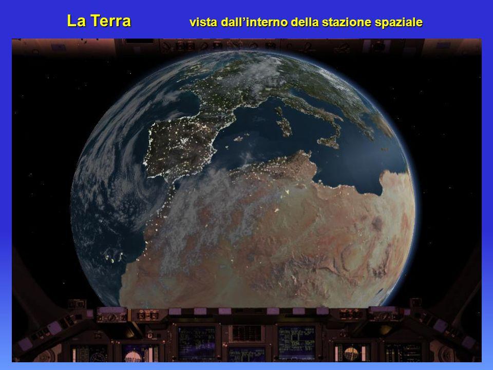 La Terra vista dall'interno della stazione spaziale