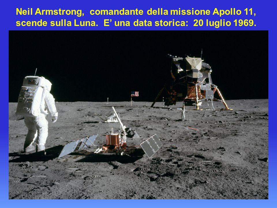 Neil Armstrong, comandante della missione Apollo 11, scende sulla Luna.