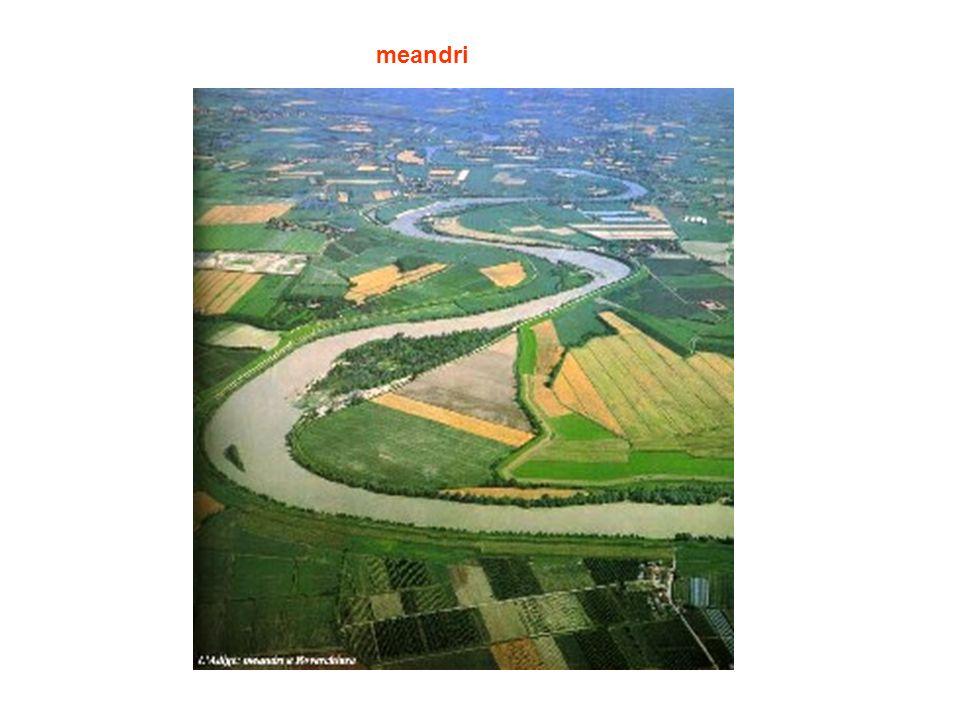 Fiume con percorso a meandri Durante una piena può avvenire il cambio di direzione e al ritorno della magra unansa del fiume rimane isolata