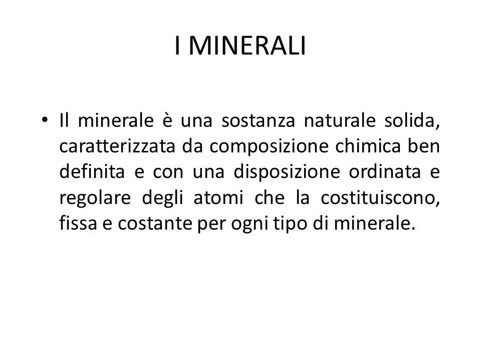 STRUTTURA CRISTALLINA DEI MINERALI Quasi tutti i minerali hanno una struttura cristallina, cioè un'impalcatura interna, a livello atomico, molto regolare e ordinata che spesso si riflette in una forma esterna macroscopica: ABITO CRISTALLINO.