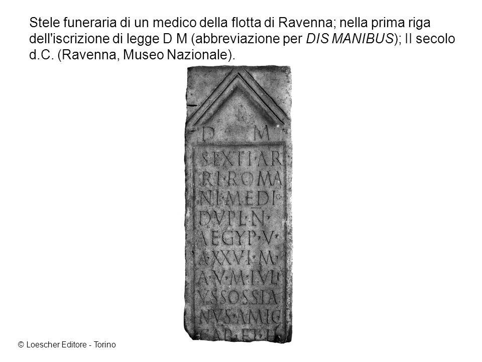 Stele funeraria di un medico della flotta di Ravenna; nella prima riga dell iscrizione di legge D M (abbreviazione per DIS MANIBUS); II secolo d.C. (Ravenna, Museo Nazionale).