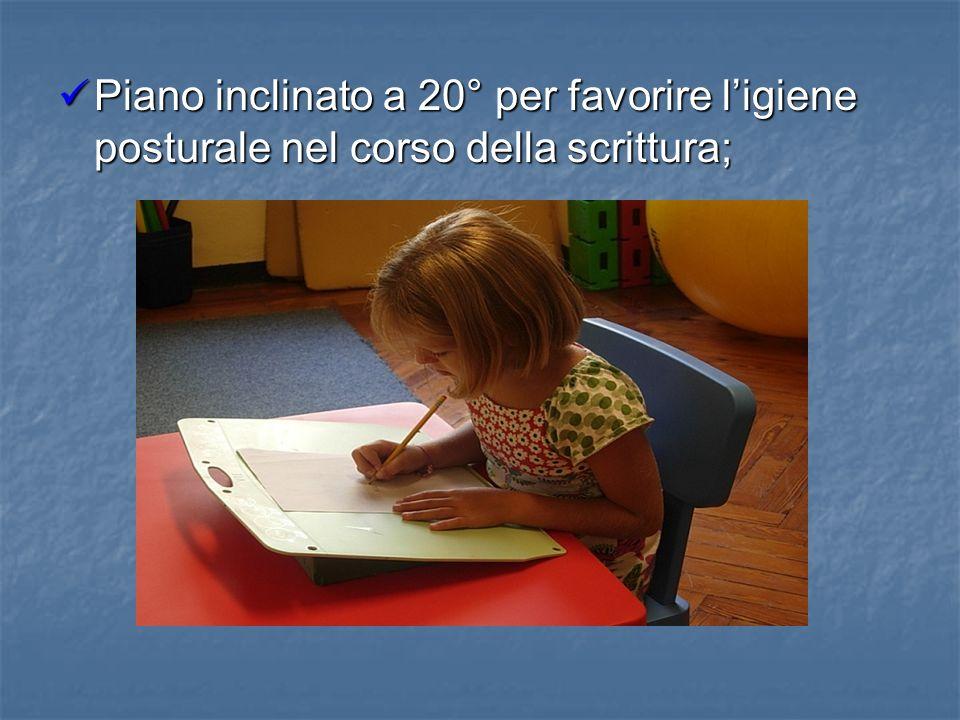 Piano inclinato a 20° per favorire l'igiene posturale nel corso della scrittura;
