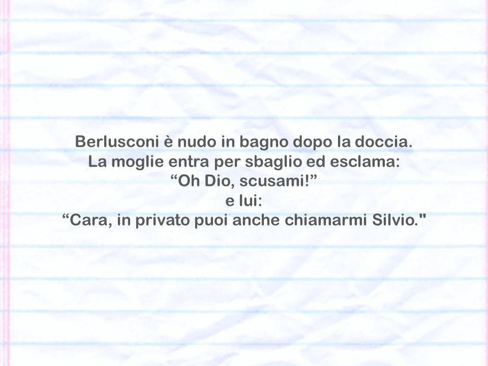Berlusconi è nudo in bagno dopo la doccia.