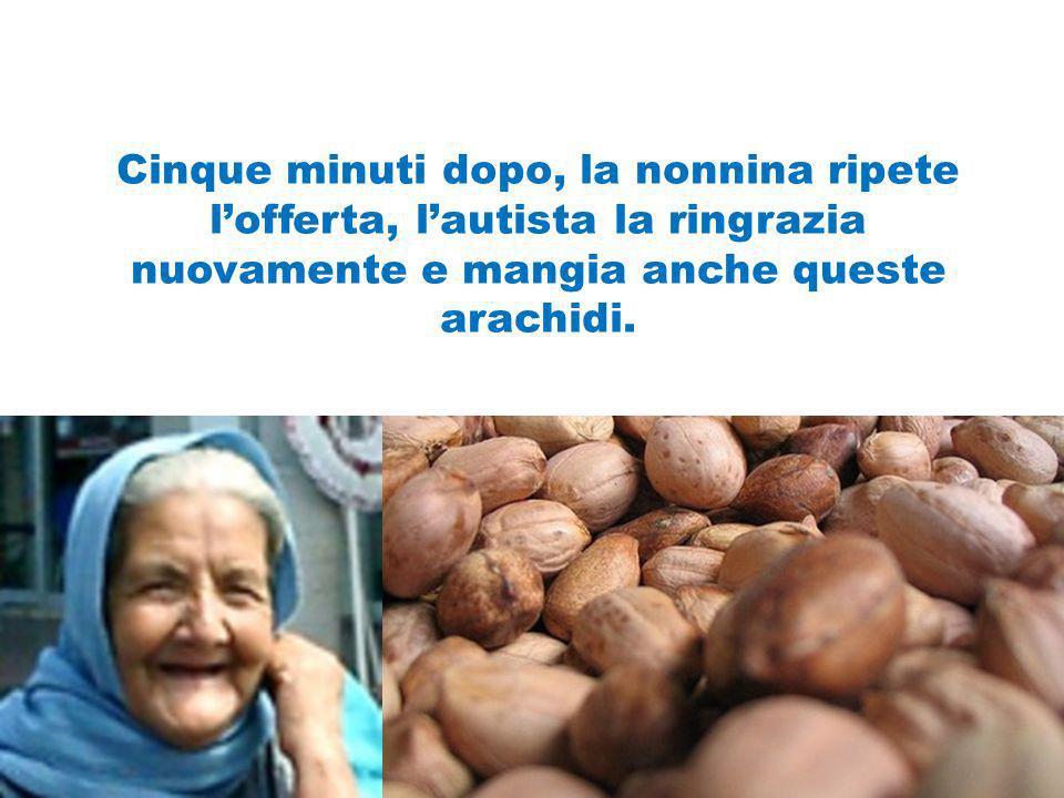 Cinque minuti dopo, la nonnina ripete l'offerta, l'autista la ringrazia nuovamente e mangia anche queste arachidi.
