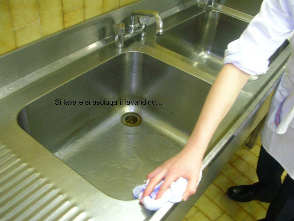 Si lava e si asciuga il lavandino…