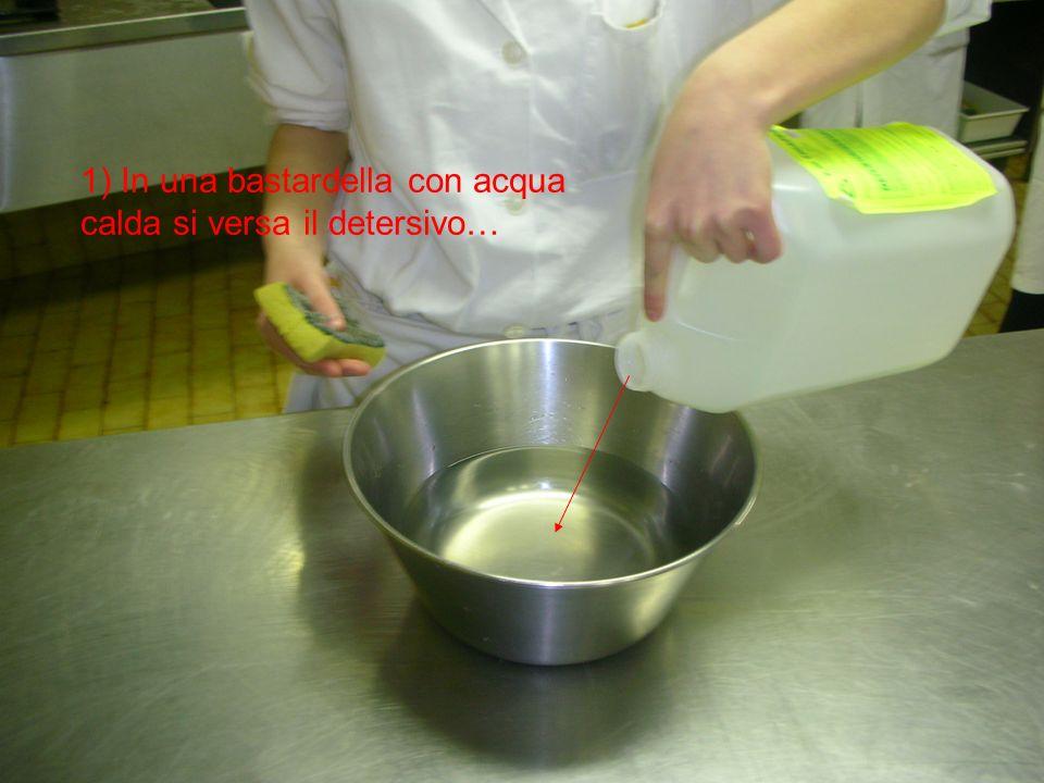 1) In una bastardella con acqua calda si versa il detersivo…