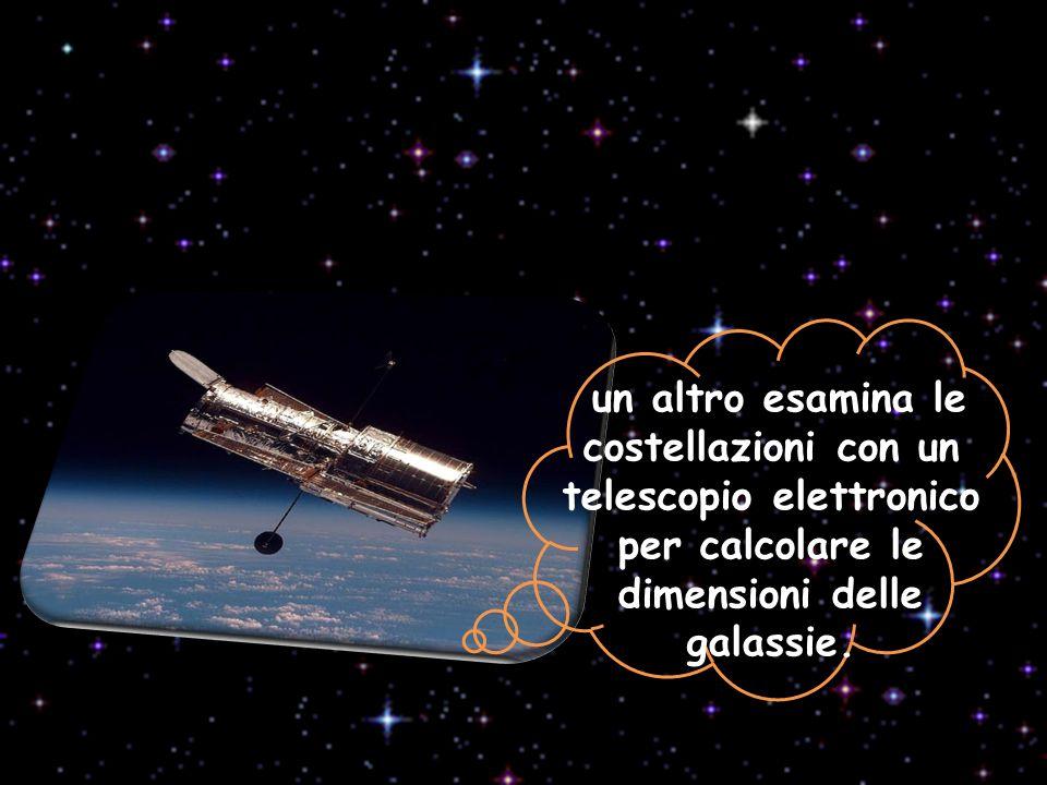 un altro esamina le costellazioni con un telescopio elettronico per calcolare le dimensioni delle galassie.