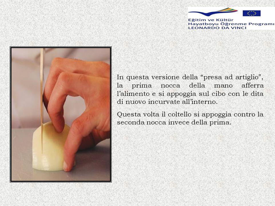 In questa versione della presa ad artiglio , la prima nocca della mano afferra l'alimento e si appoggia sul cibo con le dita di nuovo incurvate all'interno.