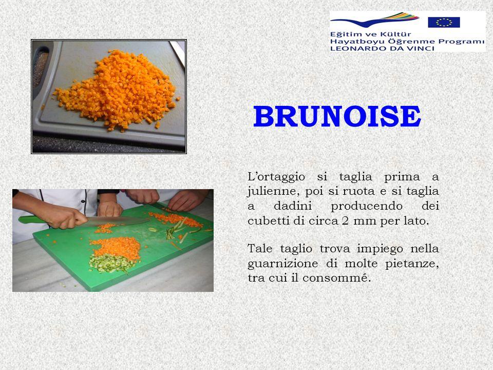 BRUNOISE L'ortaggio si taglia prima a julienne, poi si ruota e si taglia a dadini producendo dei cubetti di circa 2 mm per lato.