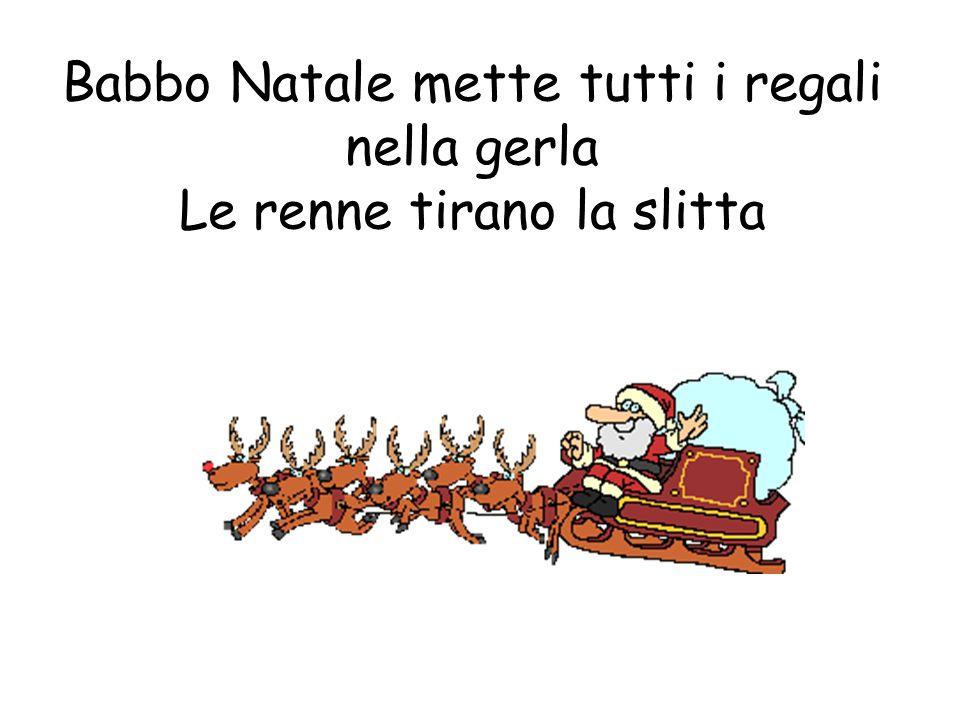 Babbo Natale mette tutti i regali nella gerla Le renne tirano la slitta