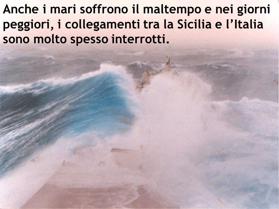 Anche i mari soffrono il maltempo e nei giorni peggiori, i collegamenti tra la Sicilia e l'Italia sono molto spesso interrotti.
