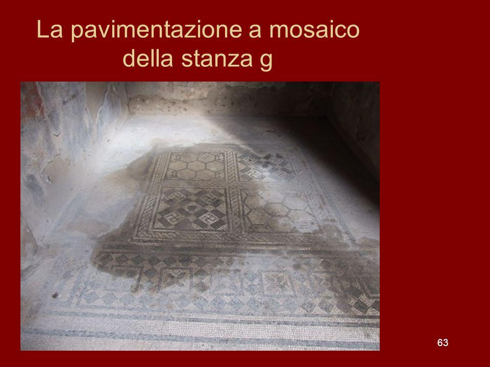 La pavimentazione a mosaico della stanza g