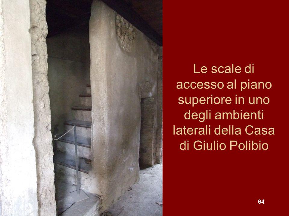Le scale di accesso al piano superiore in uno degli ambienti laterali della Casa di Giulio Polibio