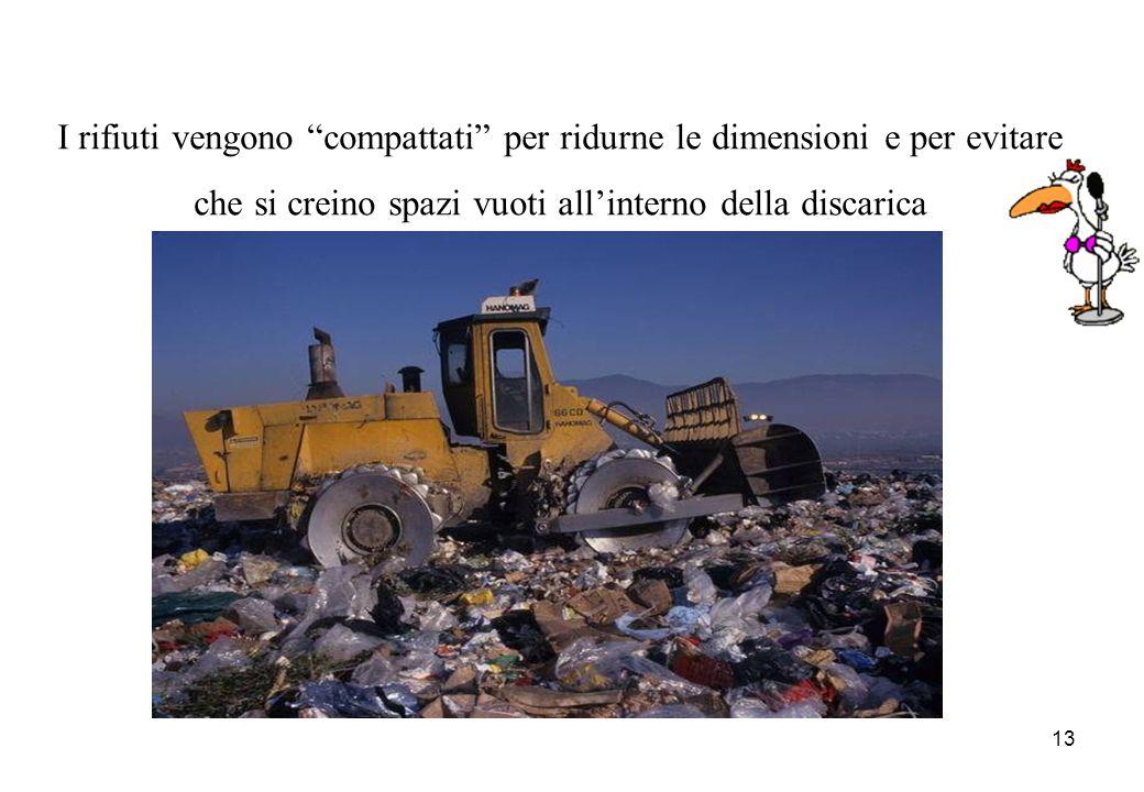I rifiuti vengono compattati per ridurne le dimensioni e per evitare che si creino spazi vuoti all'interno della discarica