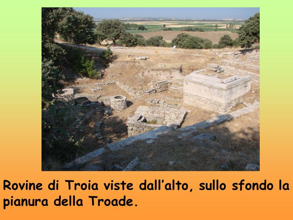 Rovine di Troia viste dall'alto, sullo sfondo la pianura della Troade.