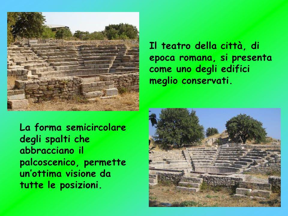 Il teatro della città, di epoca romana, si presenta come uno degli edifici meglio conservati.