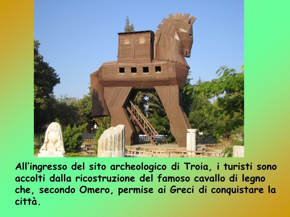 All'ingresso del sito archeologico di Troia, i turisti sono accolti dalla ricostruzione del famoso cavallo di legno che, secondo Omero, permise ai Greci di conquistare la città.