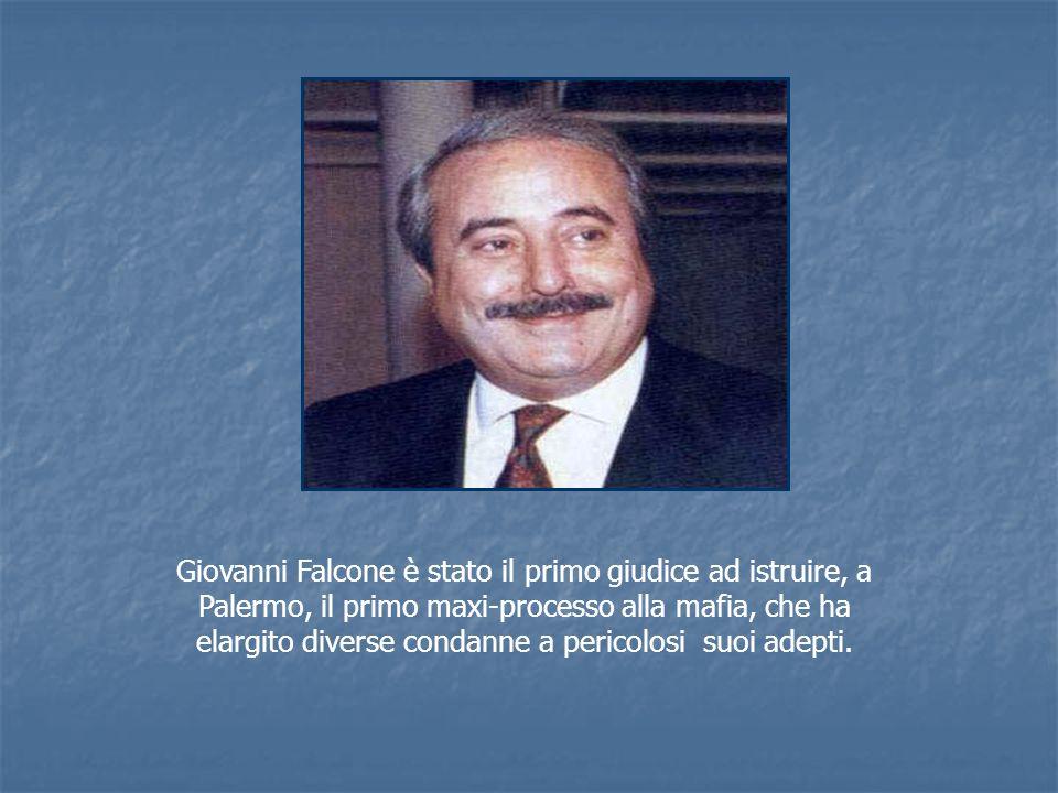 Giovanni Falcone è stato il primo giudice ad istruire, a Palermo, il primo maxi-processo alla mafia, che ha elargito diverse condanne a pericolosi suoi adepti.