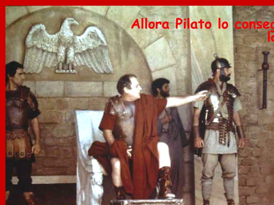 Allora Pilato lo consegnò loro