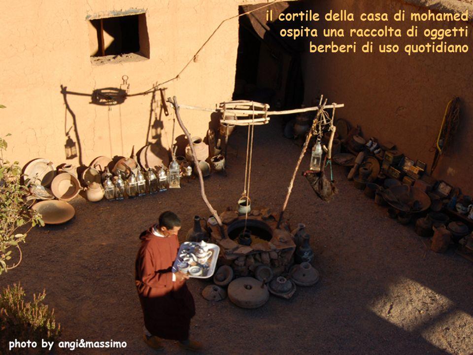 il cortile della casa di mohamed ospita una raccolta di oggetti berberi di uso quotidiano