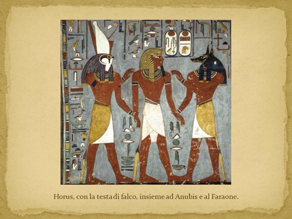 Horus, con la testa di falco, insieme ad Anubis e al Faraone.
