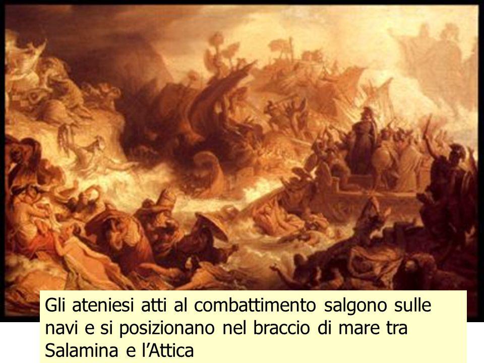 Gli ateniesi atti al combattimento salgono sulle navi e si posizionano nel braccio di mare tra Salamina e l'Attica