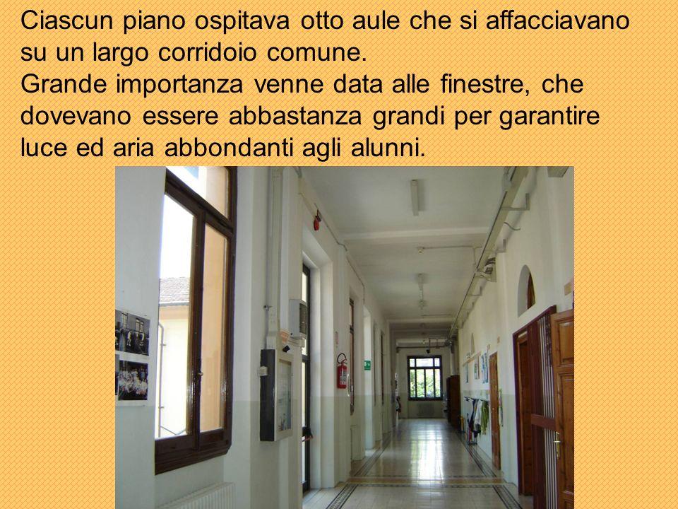 Ciascun piano ospitava otto aule che si affacciavano su un largo corridoio comune.