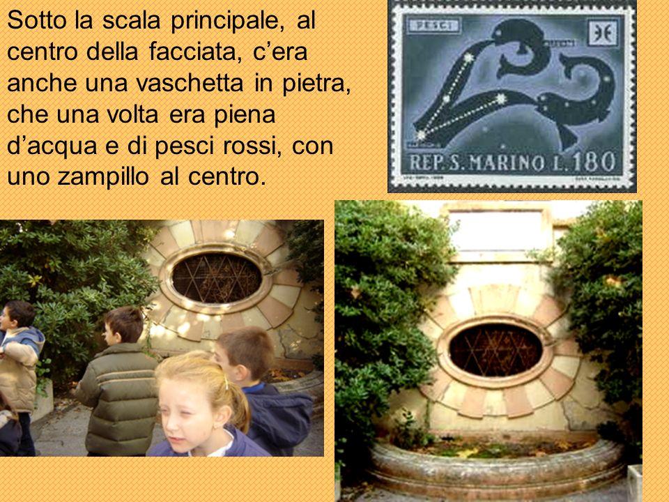 Sotto la scala principale, al centro della facciata, c'era anche una vaschetta in pietra, che una volta era piena d'acqua e di pesci rossi, con uno zampillo al centro.