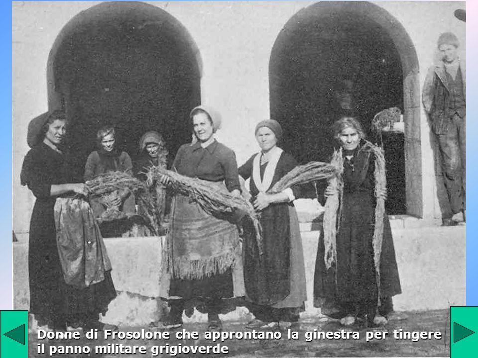 Donne di Frosolone che approntano la ginestra per tingere il panno militare grigioverde
