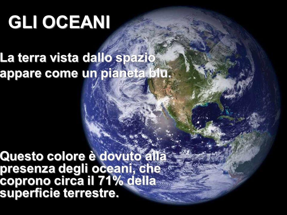 La terra vista dallo spazio appare come un pianeta blu.