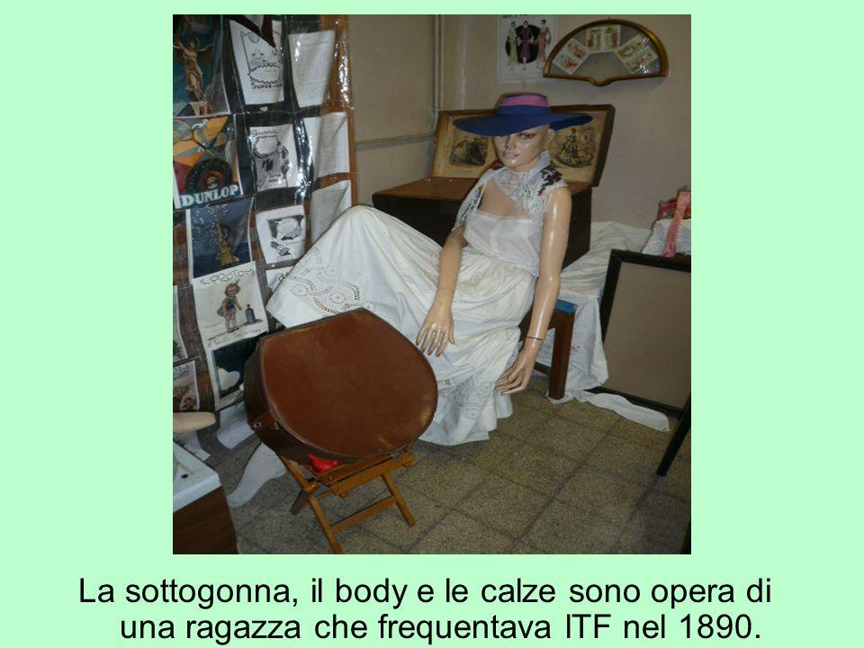 La sottogonna, il body e le calze sono opera di una ragazza che frequentava lTF nel 1890.