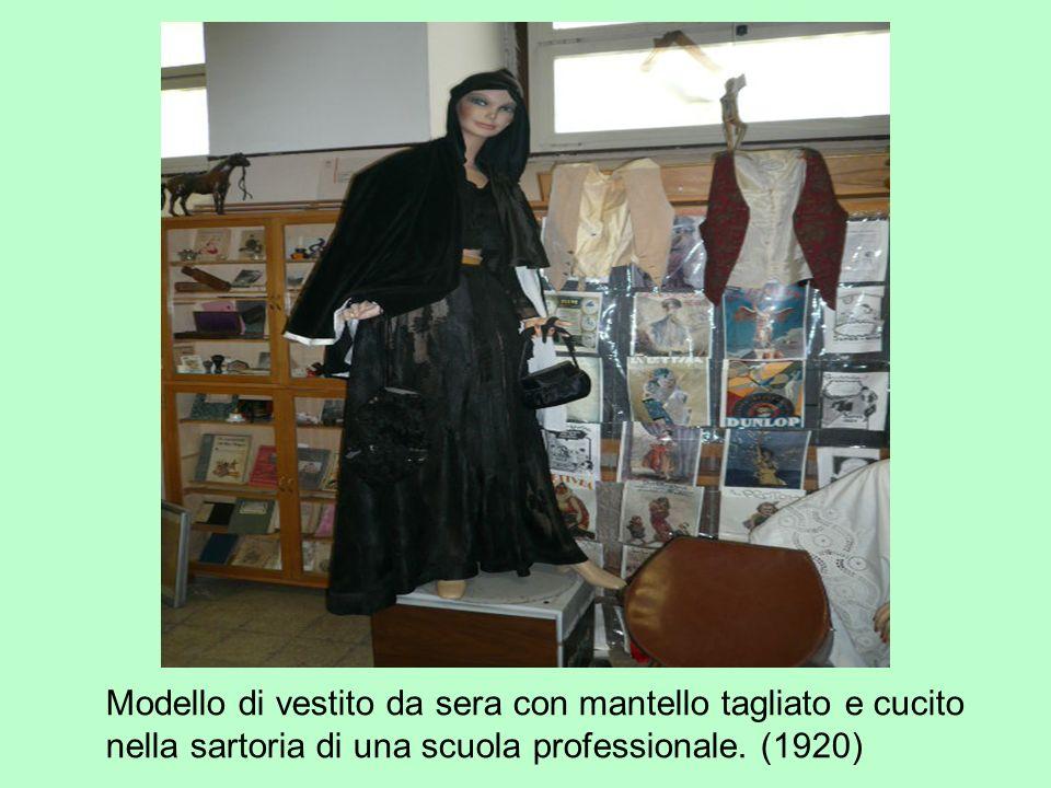 Modello di vestito da sera con mantello tagliato e cucito nella sartoria di una scuola professionale.