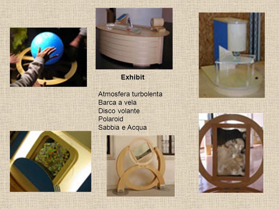 Exhibit Atmosfera turbolenta Barca a vela Disco volante Polaroid Sabbia e Acqua