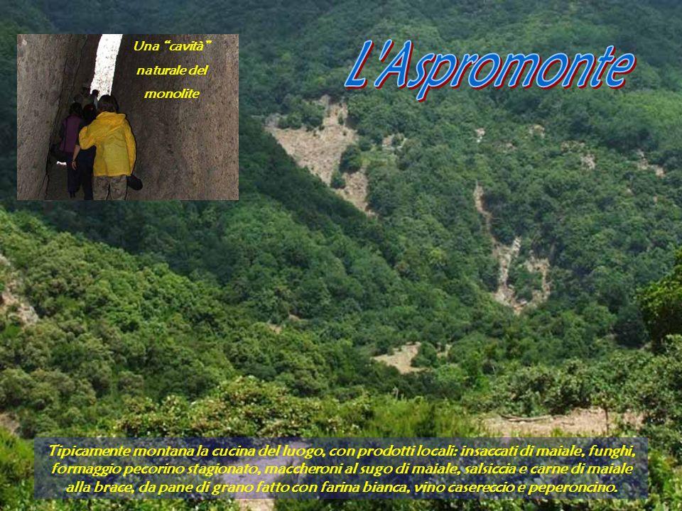 Una cavità naturale del. monolite. L Aspromonte.