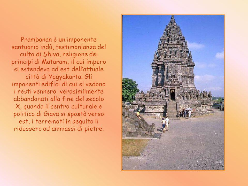 Prambanan è un imponente santuario indù, testimonianza del culto di Shiva, religione dei principi di Mataram, il cui impero si estendeva ad est dell'attuale città di Yogyakarta.