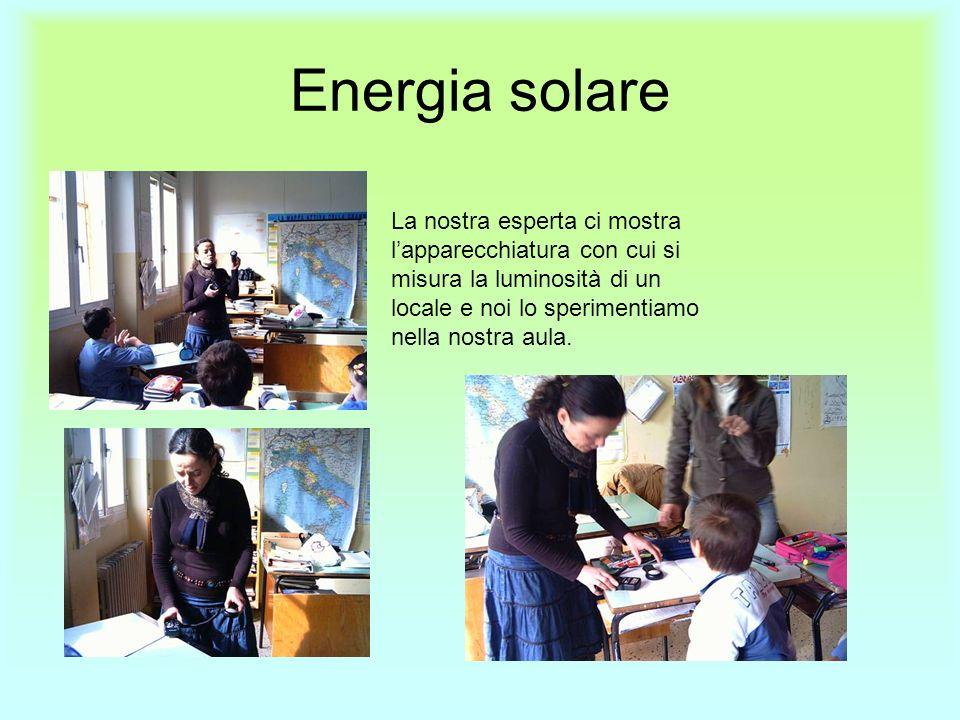 Energia solare La nostra esperta ci mostra l'apparecchiatura con cui si misura la luminosità di un locale e noi lo sperimentiamo nella nostra aula.