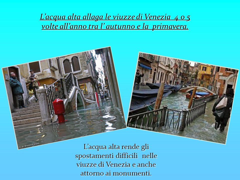 L'acqua alta allaga le viuzze di Venezia 4 o 5 volte all'anno tra l' autunno e la primavera.
