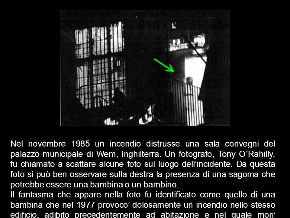 Nel novembre 1985 un incendio distrusse una sala convegni del palazzo municipale di Wem, Inghilterra. Un fotografo, Tony O´Rahilly, fu chiamato a scattare alcune foto sul luogo dell'incidente. Da questa foto si può ben osservare sulla destra la presenza di una sagoma che potrebbe essere una bambina o un bambino.