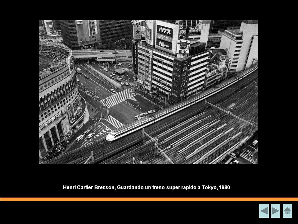 Henri Cartier Bresson, Guardando un treno super rapido a Tokyo, 1980