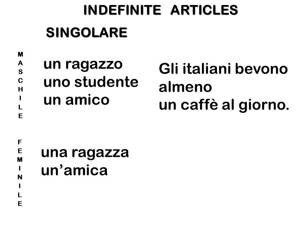 un ragazzo Gli italiani bevono uno studente almeno un amico