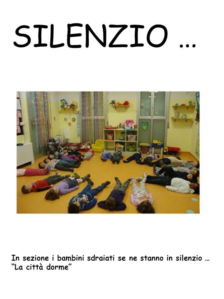 SILENZIO … In sezione i bambini sdraiati se ne stanno in silenzio …