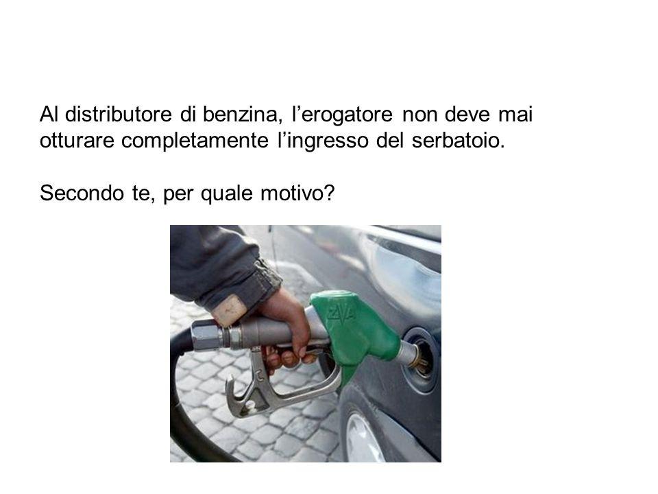 Al distributore di benzina, l'erogatore non deve mai otturare completamente l'ingresso del serbatoio.