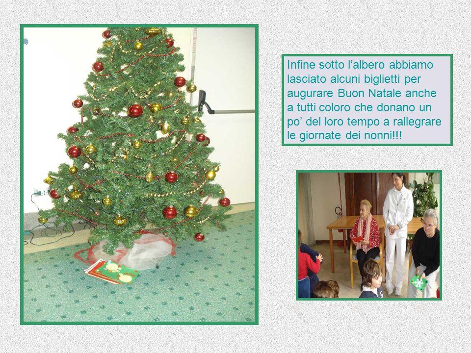 Infine sotto l'albero abbiamo lasciato alcuni biglietti per augurare Buon Natale anche a tutti coloro che donano un po' del loro tempo a rallegrare le giornate dei nonni!!!