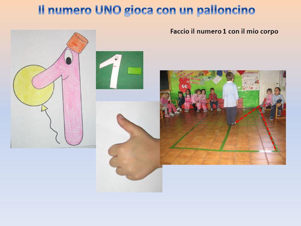 Il numero UNO gioca con un palloncino