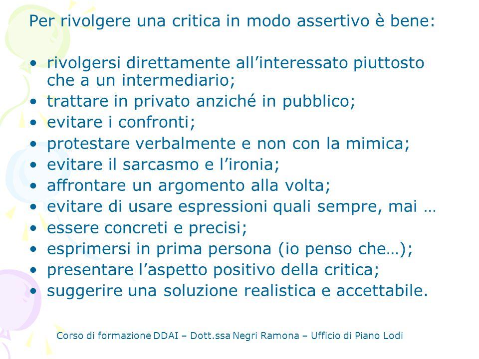 Per rivolgere una critica in modo assertivo è bene: