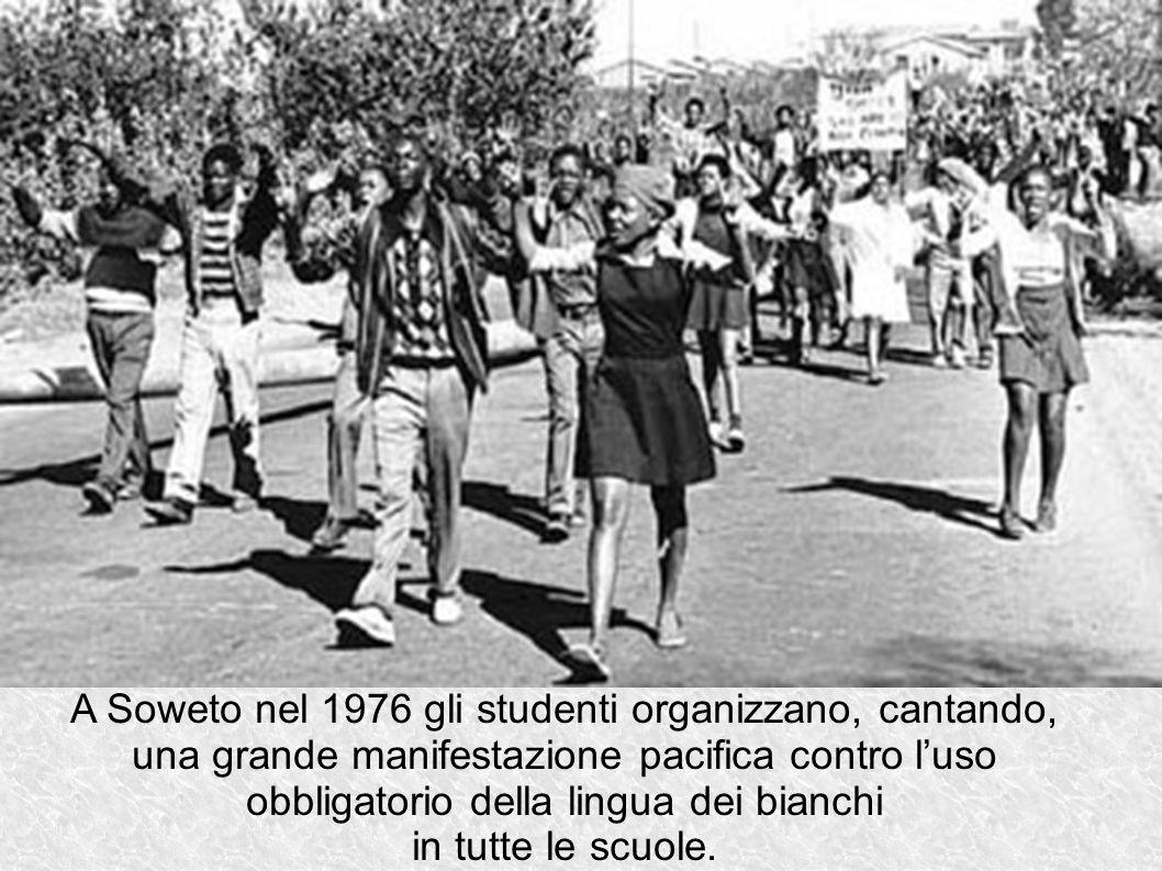 A Soweto nel 1976 gli studenti organizzano, cantando, una grande manifestazione pacifica contro l'uso obbligatorio della lingua dei bianchi