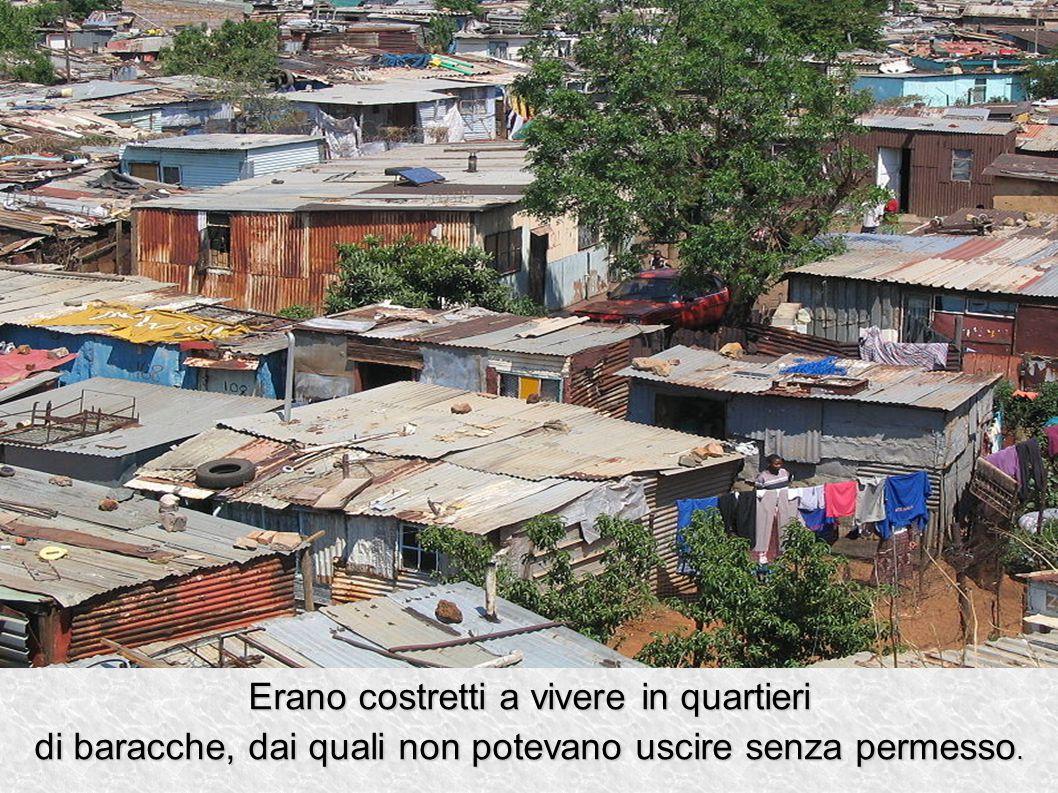 Erano costretti a vivere in quartieri di baracche, dai quali non potevano uscire senza permesso.
